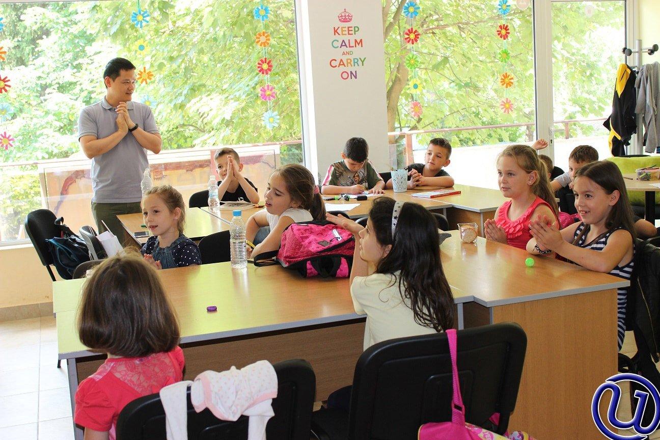 Снимка на децата от детската занималня на Интелекти, които внимателно наблюдават какво се случва на бялата дъска и участват в заниманията