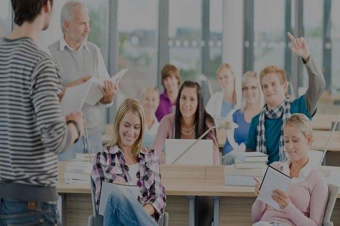 Снимка на група ученици и студенти, които водят записки в курсовете по обучение по с ваучери за заети лица в център Интелекти Велико Търново.