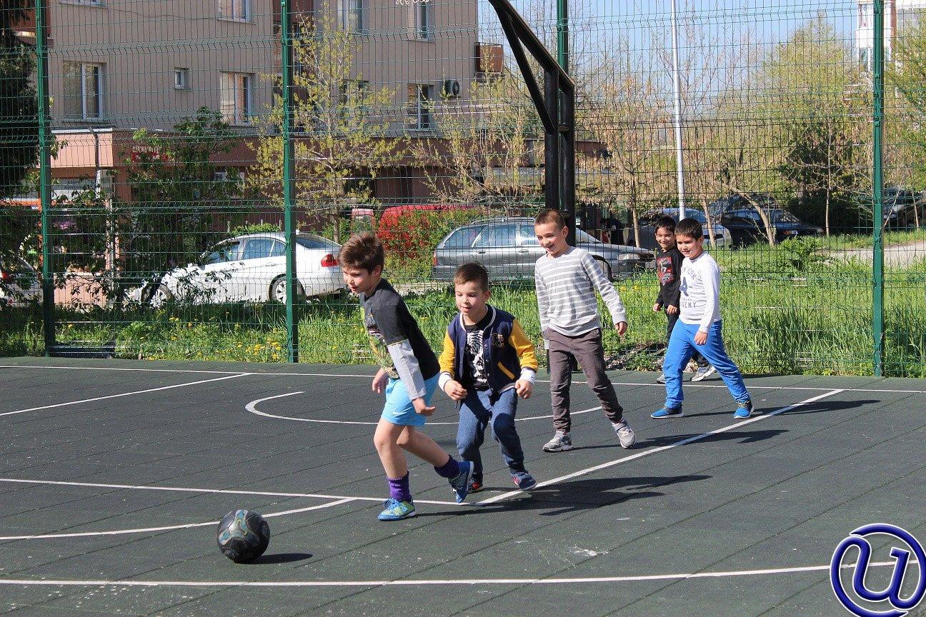 Снимка на децата от детски център Интелекти, които спортуват и играят навън.