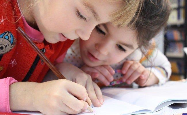 Снимка на деца, които се упражняват да пишат и четат на английски език в обучението по английски език за ученици 1-4 клас в езикова академия Интелекти Велико Търново.