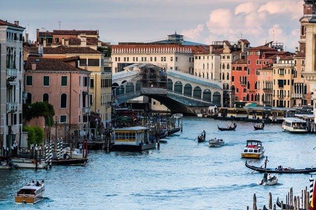Запишете се за курсовете по италиански език в езикова академия Интелекти-Велико Търново, за да изучите културата и живота на Италия, както и да можете да се справяте във всекидневната употреба на италианския език.