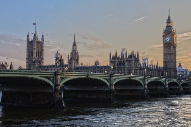 Запишете се за интензивни курсове и уроци по английски език и избирайте измежду курсове за деца и ученици, курсове за възрастни или сертификатна подготовка за престижните сертификати на Cambridge University.
