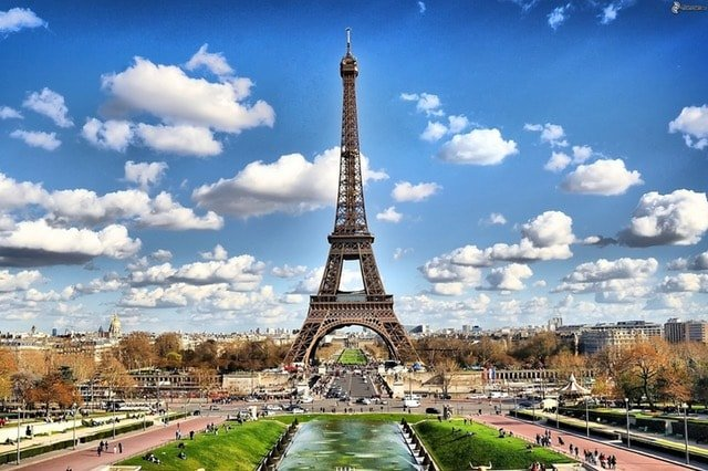 Снимка от Париж на Айфеловата кула за курсовете по френски език. в езикова академия Интелекти-Велико Търново