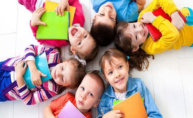 Снимка на децата между 4 и 6 години, които се обучават в курсовете по английски език в езикова академия Интелекти Велико Търново.