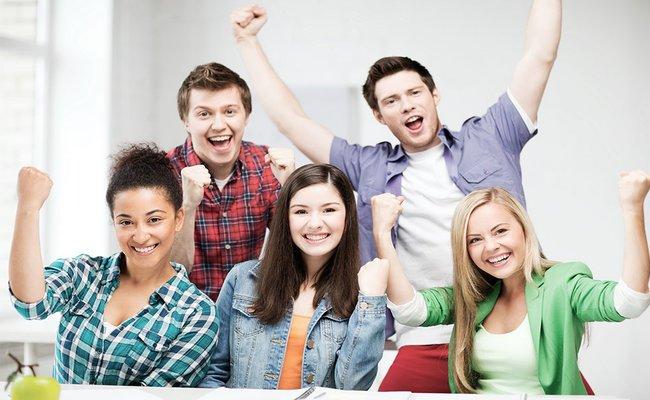 Снимка на ученици от 8 до 12 клас, които са доволни от своите резултати по време на курсовете си по английски език в езикова академия Интелекти Велико Търново.
