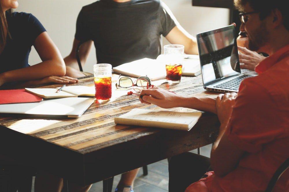 Среща на екипа от хора в една компания, за да обсъдят общите идеи и въпроси.