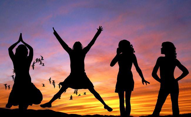Снимка на щастливи момичета в вкурсовете по преквафикация за учители по психологическа компетентност.